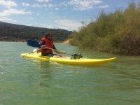 Paseando en kayak individual amarillo