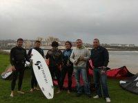 Kitesurfistas en grupo