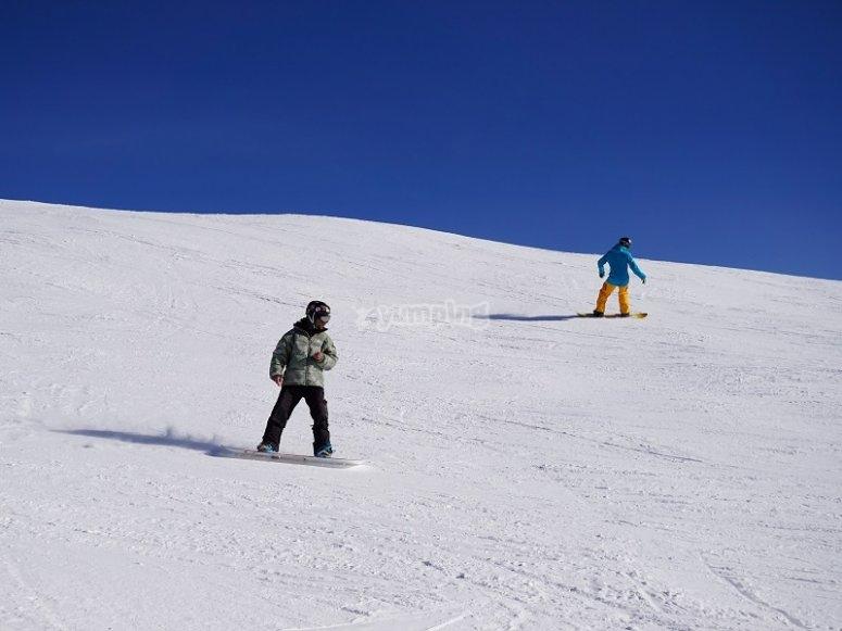 Haciendo snowboard en nieve virgen