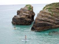 Coppia facendo paddle surf