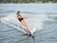 Chica esquiando en el agua