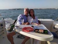 Agradable aperitivo en el barco