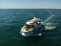 在我们的游艇上海上航行