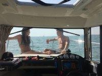 Relajados en la proa disfrutando del mar