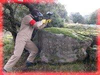 Tras la roca disparando al enemigo