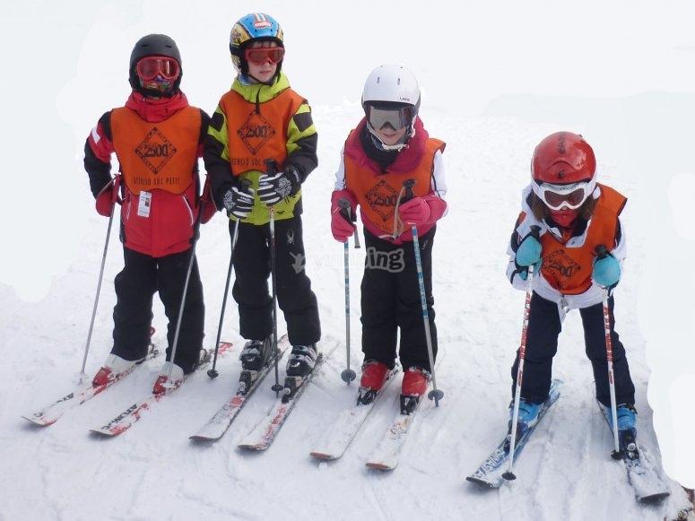 Pequeños alumnos de esquí