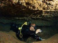Buceador en cueva sumergida en el Mediterraneo