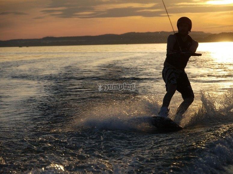 Chico disfrutando del wakeboard