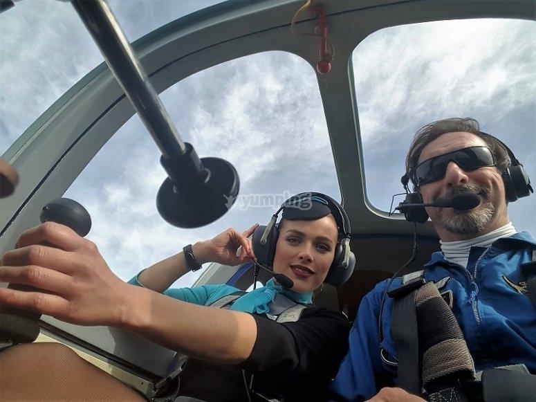 Piloto y pasajera volando en Sevilla