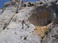 Descendiendo la montana con cuerda