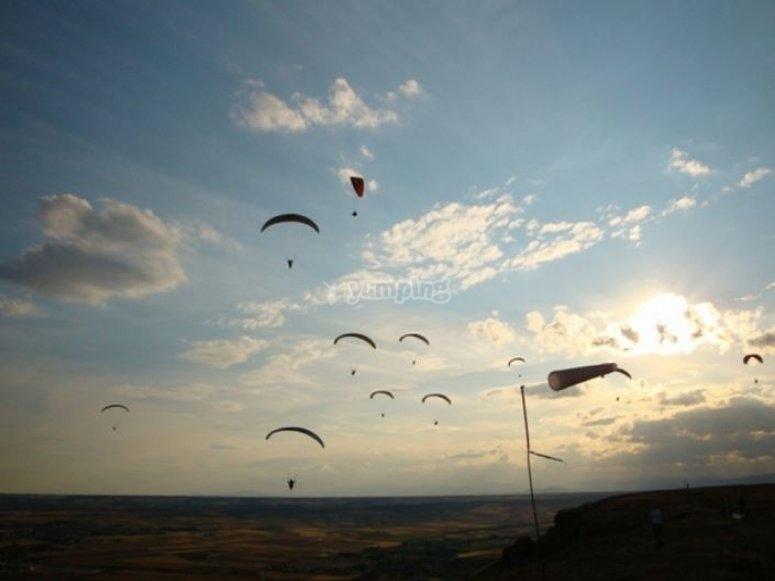 Parapentes en el cielo