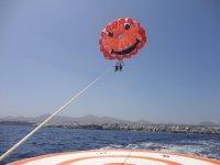帆伞运动从船上飞