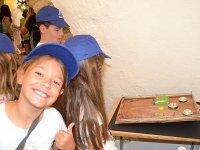 Viendo manualidades en el campamento de Castellon