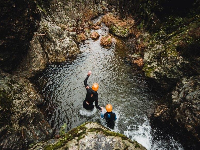 在阿拉塞纳山脉的水上跳跃