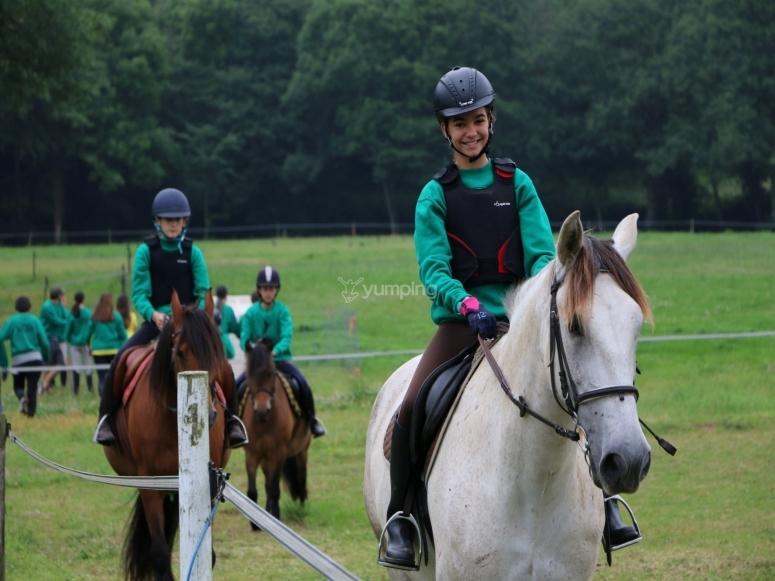 Paseo a caballo con niños por nuestra finca