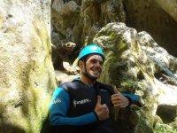 登山运动准备在阿拉瓦,以垂降登山运动