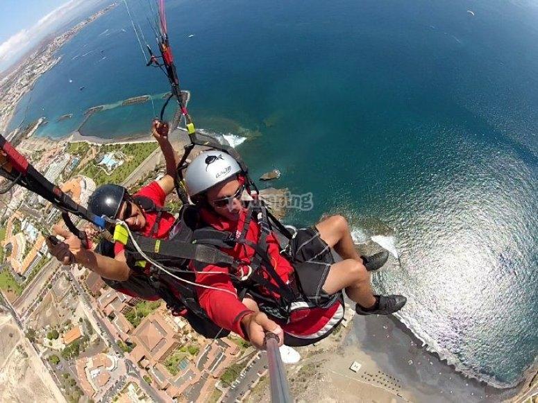 Sobrevolando la costa de Tenerife en Parapente