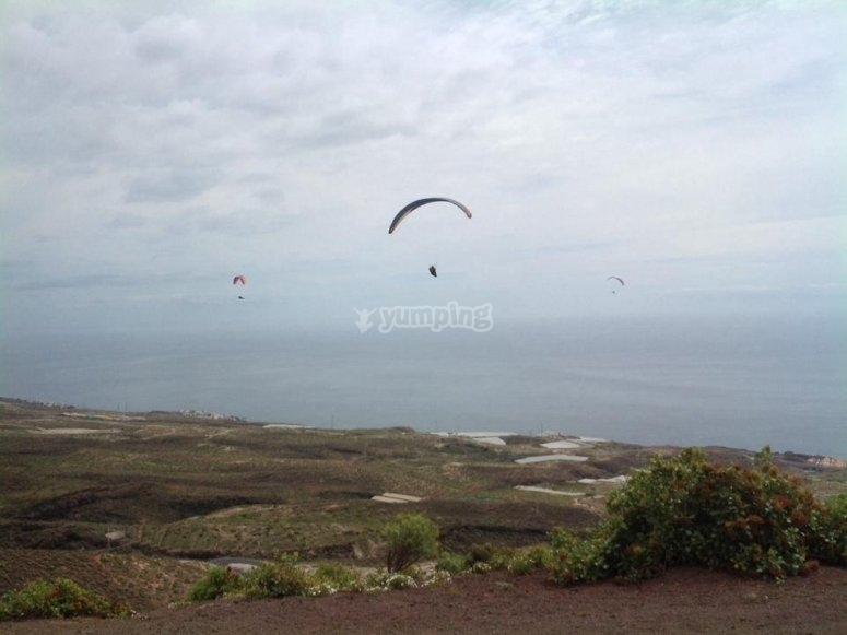Varios parapentes volando