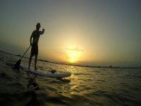 日落时桨冲浪