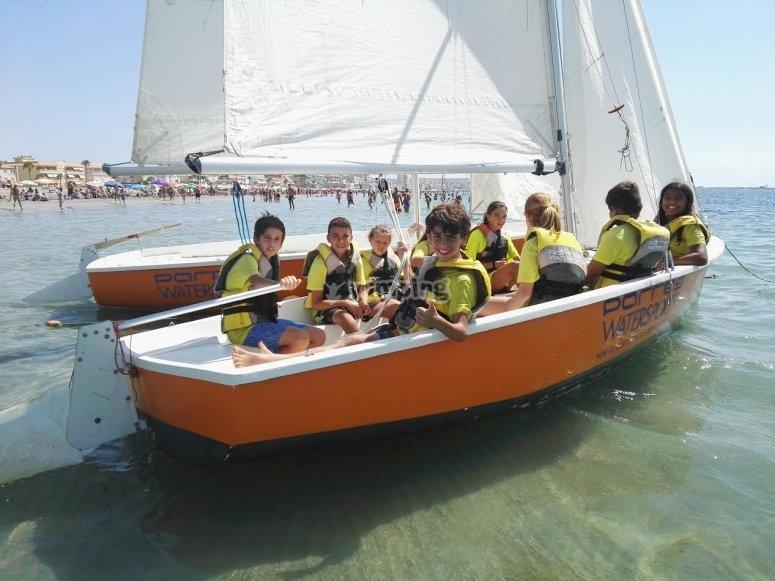小孩子们将航行
