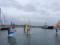 Practicando windsur en día nublado