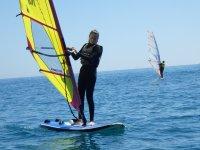Alumna practicando windsurf