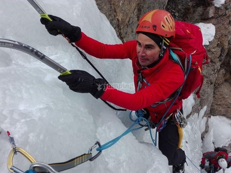 练习攀登赫罗纳赫罗纳使用镐和冰爪