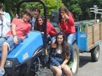 Subidos en el tractor