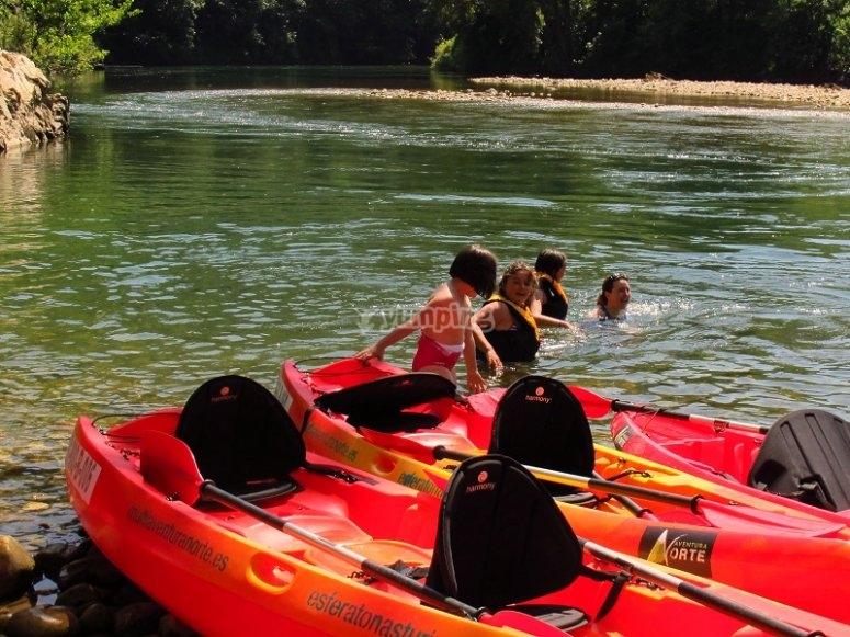 Canoe all'interno del fiume Sella