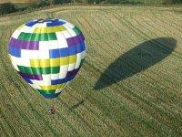 volando por encima de los campos