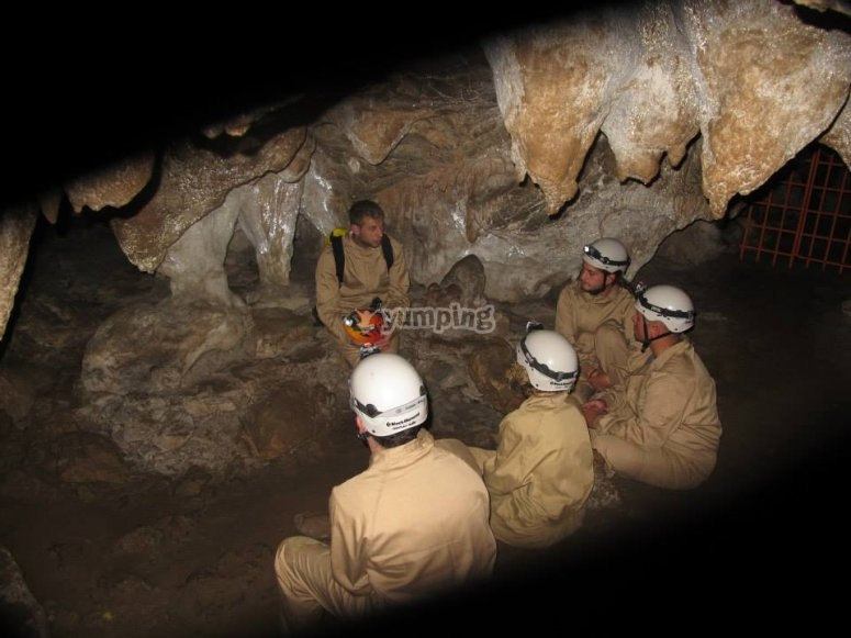 Explorando una cueva en Asturias