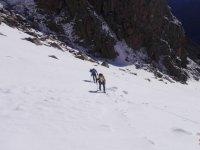在滑雪板上行走