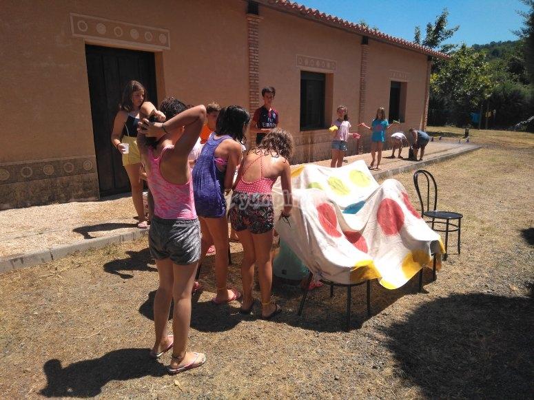 Juegos y talleres en el campamento