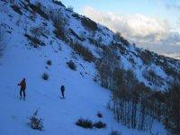 在雪山滑雪在准备材料