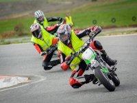 Tres motociclistas