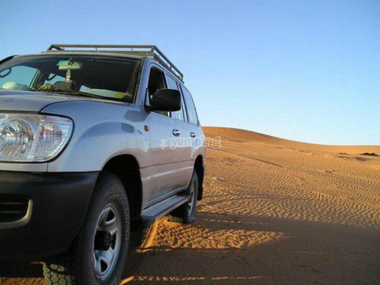 通过沙漠的4x4。