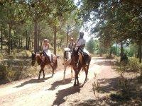 pareja deruta de caballo con guia