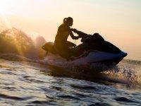 Partenza al tramonto con moto d'acqua