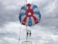 帆伞从船上拉出