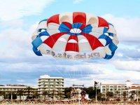 帕尔马海滩上的帆伞运动