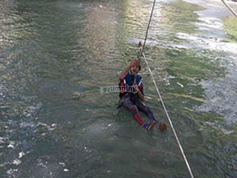 Tirolina sobre el agua