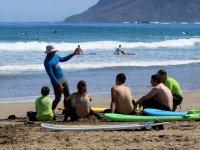 Istruttore di surf durante il discorso teorico