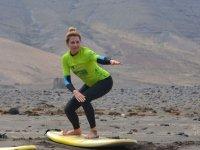 Studente di surf che lotta nella sua postura