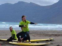 Studente di surf che si esercita sulla spiaggia