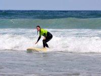 Studente surfista che segue l'onda nelle Isole Canarie