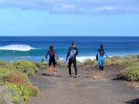 Istruttori che camminano verso la spiaggia