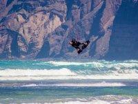 Kitesurfer che si alza in volo