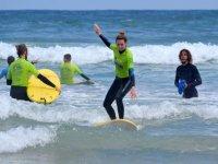 Surfista incoraggiato dall'istruttore