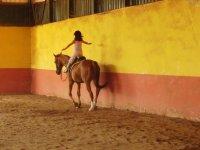 Peque montando a caballo