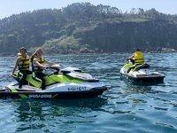 在坎塔布连海中乘坐两人座喷气滑雪板